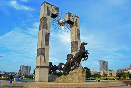 《龙马精神》大型城市广场雕塑(38米)-深圳龙华广场